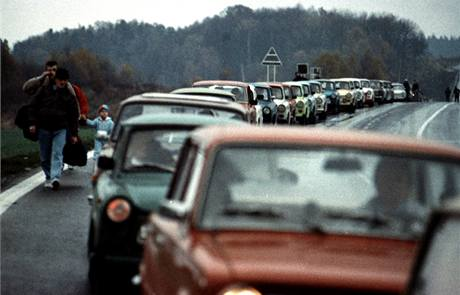 Už je nikdo nezastaví. Uprchlíci z NDR před hraničním přechodem do Spolkové republiky Německo Cheb - Pomezí, 7. listopadu 1989