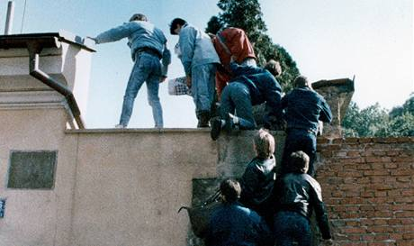Šplh za svobodou. Uprchlíci z NDR se pokoušejí zdolat zeď západoněmecké ambasády; Praha 3. října 1989