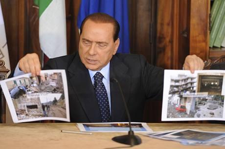 Premiér Silvio Berlusconi na tiskové konferenci v sicilské Messině (5.10.2009)