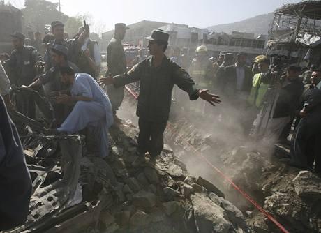 Následky výbuchu nedaleko indické ambasády v Kábulu (8. 10. 2009)