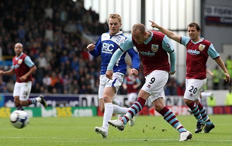 Burnley - Birmingham: Steven Fletcher (číslo 9) skóruje