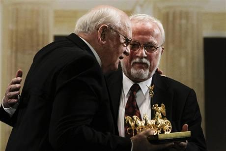 Michail Gobračov přebírá cenu Quadriga od posledního východoněmeckého premiéra Lothara de Maiziereho. (3. října 2009)