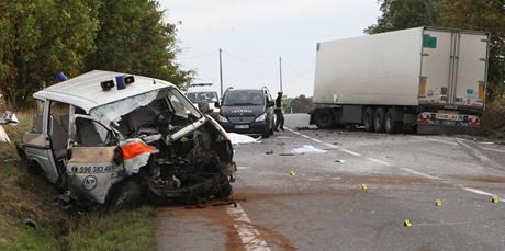 Tragická dopravní nehoda sanitky s nákladním autem na Ostravsku. (8. října 2009)