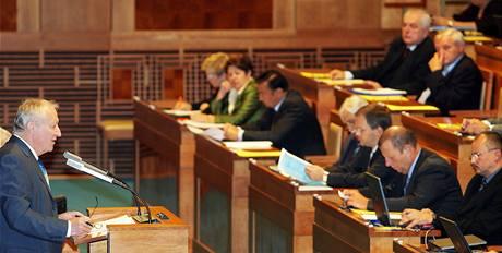 Ministr Eduard Janota v Senátu předtím, než horní komora hlasovala o jeho úsporném balíčku (5. října 2009)