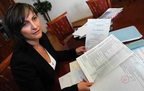 Primátorka Ivana Řápková ukázala novinářům dokumentaci o svém studiu na právech Západočeské univerzity (7. října 2009)