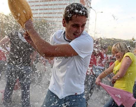 Na zlínském parkovišti před kinem proběhla polštářová bitva. Uspořádali ji studenti Univerzity Tomáše Bati (7. října 2009)