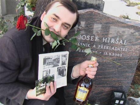 Organizátor poeovských oslav Ladislav Čumba u hrobu jednoho z překladatelů Poeova díla Josefa Hiršala