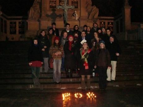 Účastníci oslav 200. výročí narození E. A. Poea na vyšehradském Slavíně