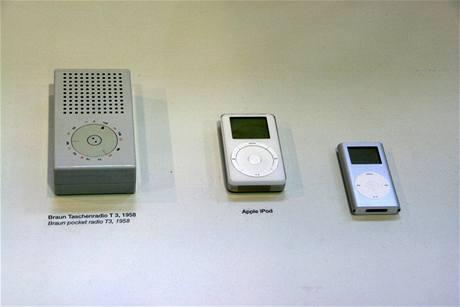Kapesní rádio T 3 z roku 1958 vedle přehrávačů iPod