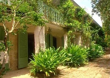 Půvabné domy na Barbadosu využívají v hojné míře zeleň
