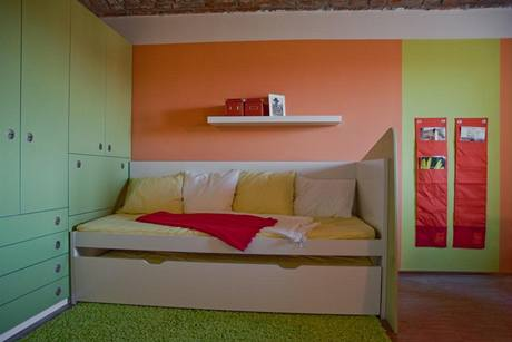 Postel je z IKEA, ostatní nábytek nechali designéři udělat na míru