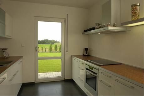 Kuchyně má i vlastní výstup na zahradu