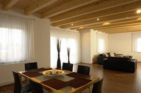 Obývacímu pokoji dominuje trámový strop ze smrkového dřeva