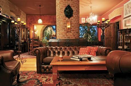 Nábytek pochází z prodejen se starožitnostmi a bazarů, část po předchozích majitelech