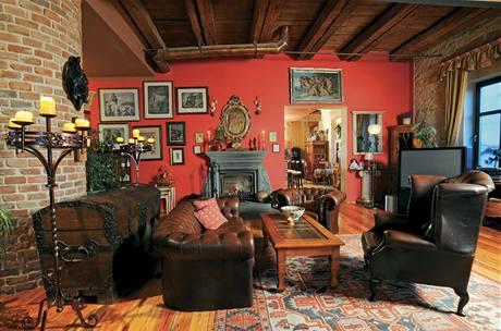 Na podlaze je dřevěná podlaha a klasický perský koberec