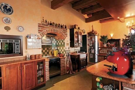 V kuchyni moderní spotřebiče doplnily keramické obklady a stylové doplňky
