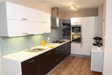 Nová kuchyně nabízí dostatek pracovní plochy i odkladního prostoru
