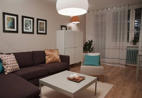 I po proměně dominuje obývacímu pokoji velká sedačka, ale rozdíl je velmi výrazný
