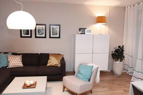 Bílý nábytek nabízí dostatek úložného prostoru, díky závěsnému provedení a barvě však opticky do prostoru nevystupuje