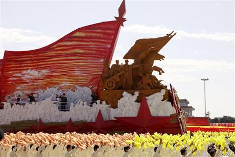 Na náměstí Nebeského klidu projelo 60 obřích alegorických vozů (1. října 2009)