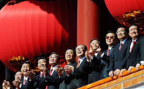 Komunističtí předáci sledovali přehlídku z čestné tribuny (1. října 2009)