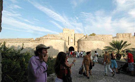 Rhodos, hlavní město. Staré město je obklopené mohutnými hradbami, měly chránit zejména proti Turkům