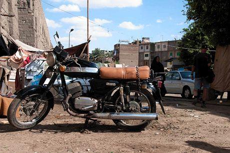 Trabantem Afrikou. Káhira. Chlouba českého průmyslu se zesíleným zadním tlumičem pro naložení celé rodiny