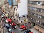 Na místo neštěstí v Soukenické ulici se sjeli záchranáři s hasiči.