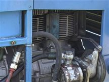 K motoru majitel přidal řemenici pro pohon hydrauliky