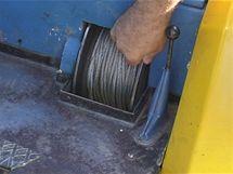 Buben navijáku lze při práci zajistit, aby tíhu nenesla hydraulika