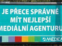 Původně billboard s Olgou Zubovou je přelepený reklamou agentury Médea. (21. září 2009)