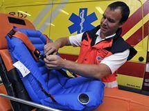 Jihomoravská zdravotnická záchranná služba začala od 5. října ve svých sanitkách využívat ojedinělé nafukovací dětské autosedačky.