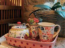 Majitelka má ráda barevnou keramiku