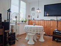 Původní jídelní stůl by se spíše hodil na balkon než pro stolování v bytě
