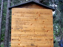 Jizerské hory. Protržená přehrada - dřevěná informační tabule na naučné stezce