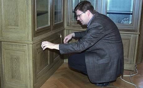 Jiří Pospíšil otvírá skříňku, kde měla být uložena rigorózní práce expremiéra Stanislava Grosse. (15. října 2009)