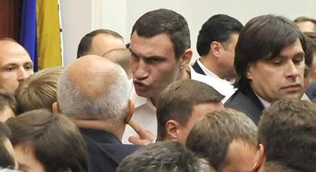 Boxerský šampion Vitalij Kličko se popral na kyjevské radnici (13. října 2009)