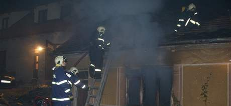 Od uhlíků z kamen shořel celý dům v Mokré-Horákově