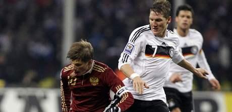 Rusko - Německo: Andrej Aršavin (vlevo) bojuje o míč s Bastianem Schweinsteigerem