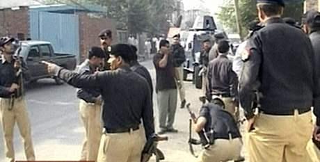 Policisté po útoku ozbrojenců na budovu Federální vyšetřovací agentury v Láhauru. (15. října 2009)