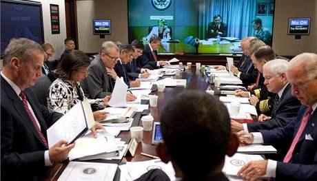 Prezident Obama se svým národním bezpečnostním týmem řeší, jak by měly USA dál postupovat ve válce v Afghánistánu. Snímek zveřejnil Bílý dům (14. října 2009)