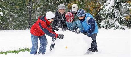 Děti z Jihlavy postavily z čerstvého sněhu sněhuláka. (15. října 2009)