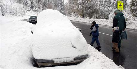 Sněhem zapadané auto v Horní Bečvě. (16. října 2009)
