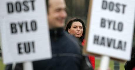 Příznivci i odpůrci Václava Klause se sešli na demonstraci na Hradčanském náměstí. V pozadí Jana Bobošíková, která prezidenta podporuje