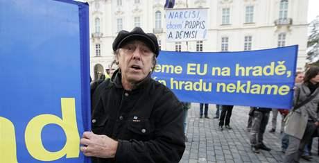 Příznivci i odpůrci Václava Klause se sešli na demonstraci na Hradčanském náměstí. Herec Boris Hübner