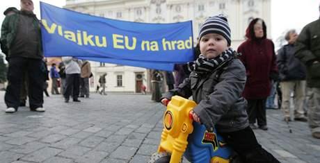 Příznivci i odpůrci Václava Klause se sešli na demonstraci na Hradčanském náměstí