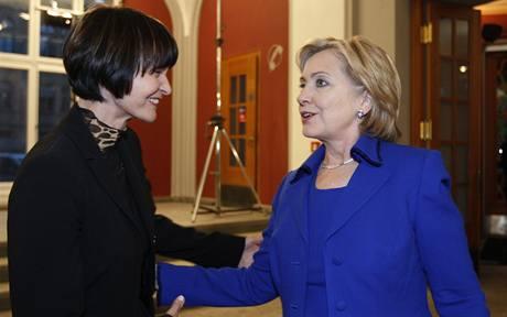 Americká ministryně zahraničí Hillary Clintonová se svou švýcarskou kolegyní Micheline Calmy-Reyovou po dojednání dohody Turecka a Arménie. (10. října 2009)