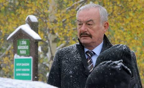 Předseda Senátu Přemysl Sobotka si přijel na vlastní oči prohlédnout sporné lokality lesů v okolí šumavského Stožce. Na snímku při zastávce u Plešného jezera. (14. 10. 2009)