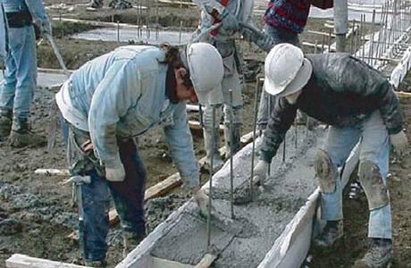 Zedníci se snaží využít i posledních chvil, kdy teplota dovolí stavět