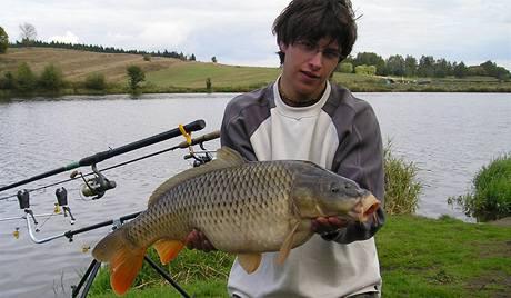 Ryba se nejčastěji drží pod hlavou a u řitní ploutve